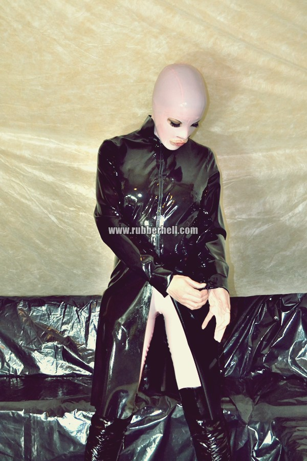 pink-and-black-dolly-in-latex-catsuit-on-pvc-sofa-05