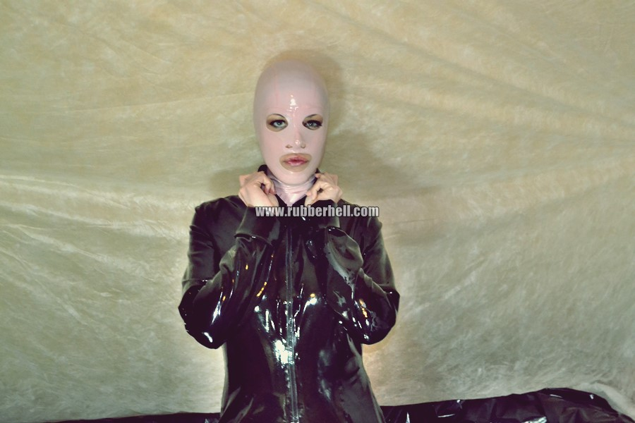 pink-and-black-dolly-in-latex-catsuit-on-pvc-sofa-06
