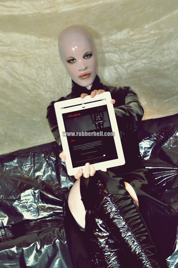 pink-and-black-dolly-in-latex-catsuit-on-pvc-sofa-31