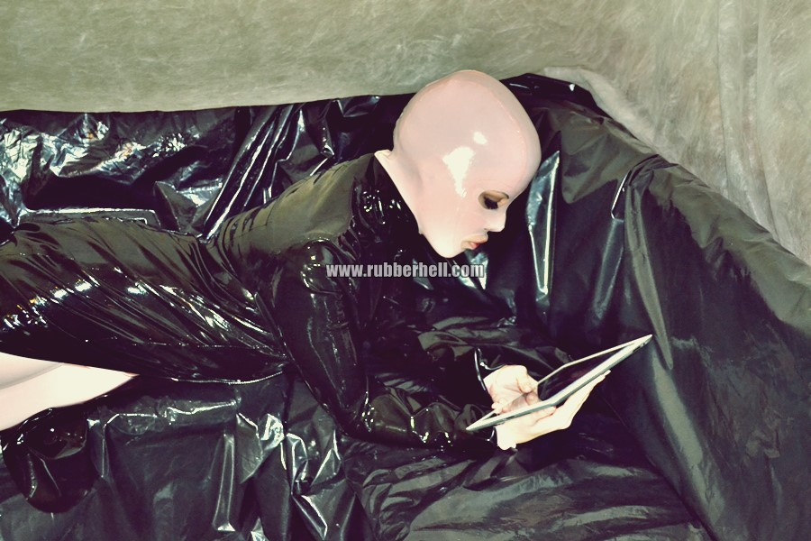pink-and-black-dolly-in-latex-catsuit-on-pvc-sofa-39