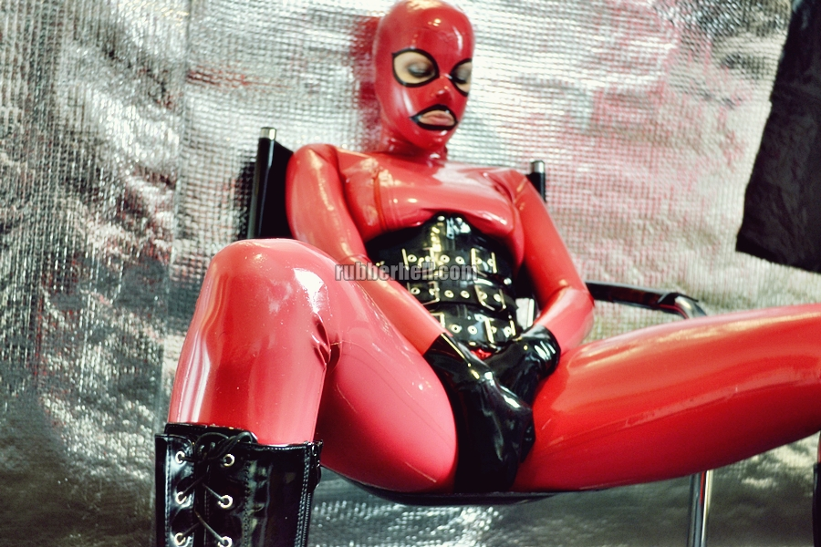 heavy-rubber-relax-in-red-02