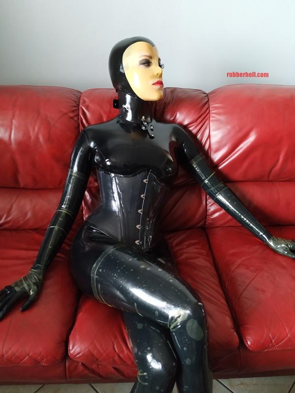 latex-catsuit-doll-sofa-3-img_20190416_175834-01