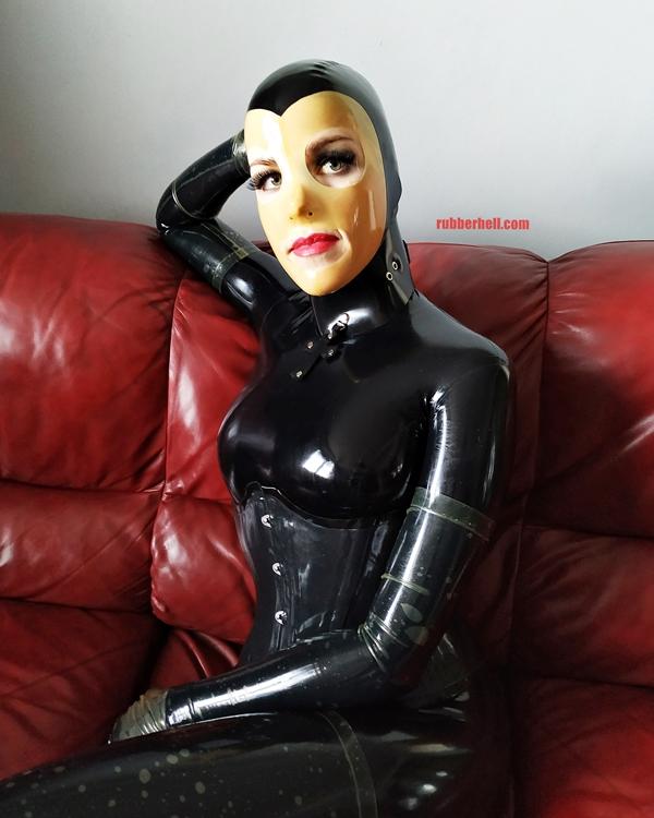 latex-catsuit-doll-sofa-3-img_20190416_175913-04