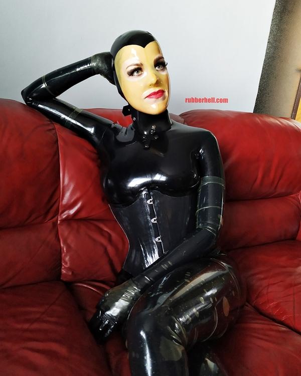 latex-catsuit-doll-sofa-3-img_20190416_175933-06