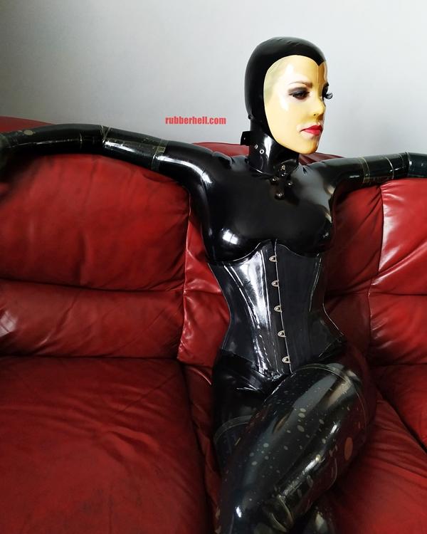 latex-catsuit-doll-sofa-3-img_20190416_175952-07