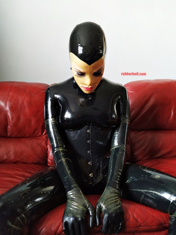 latex-catsuit-doll-sofa-3-img_20190416_180246-15