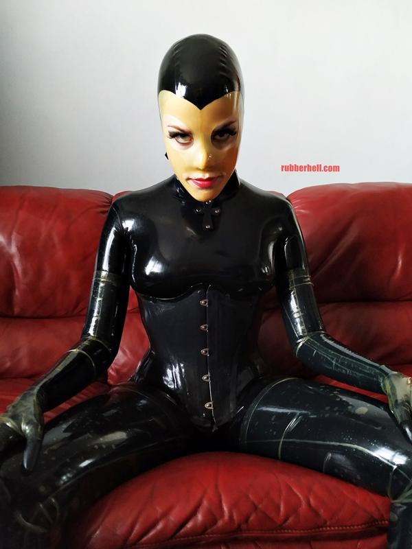 latex-catsuit-doll-sofa-3-img_20190416_180253-16