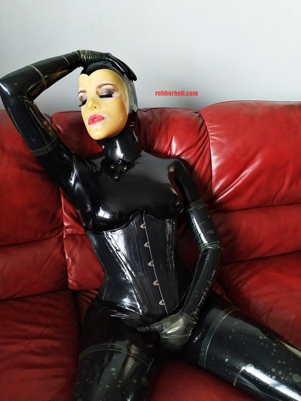 latex-catsuit-doll-sofa-3-img_20190416_180430-22