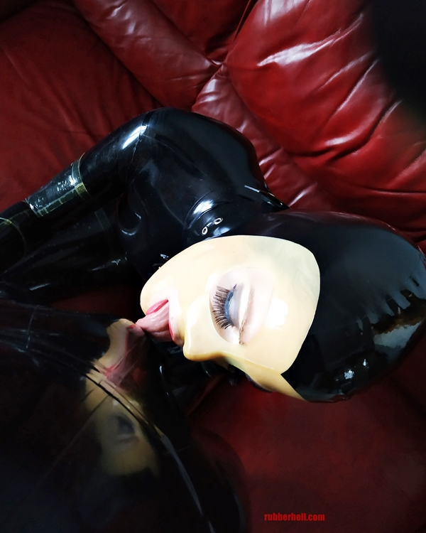 latex-catsuit-doll-sofa-3-img_20190416_180706-28