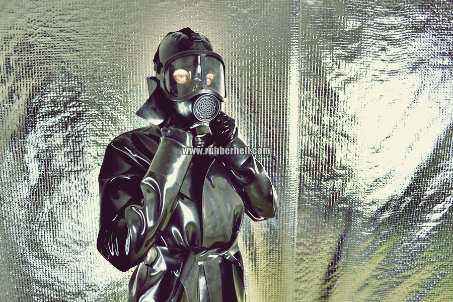heavy-rubber-coat-and-gasmask-rubberhell-10