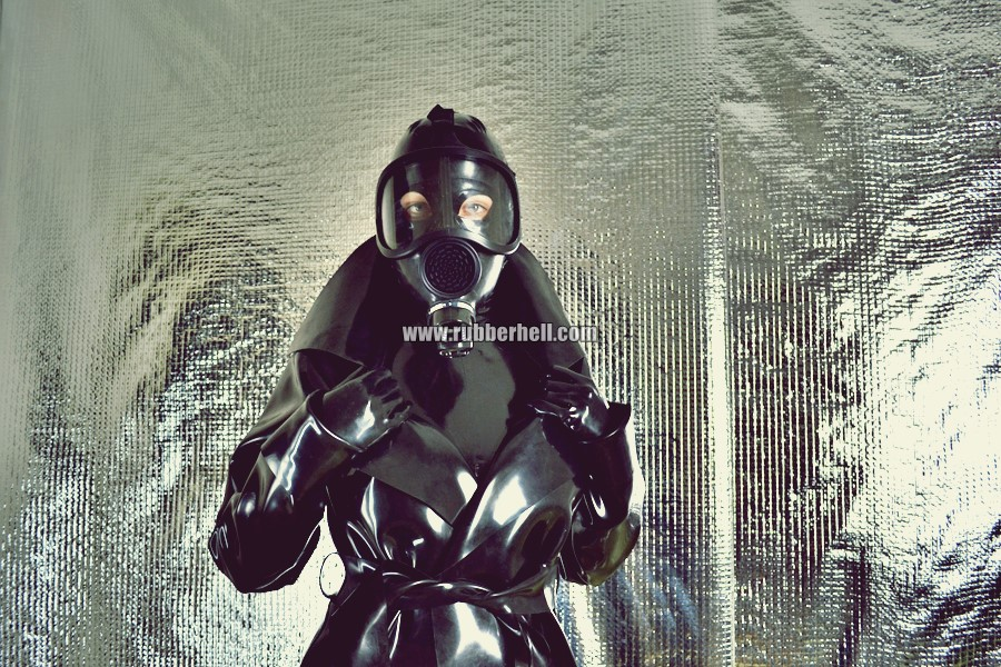 heavy-rubber-coat-and-gasmask-rubberhell-13