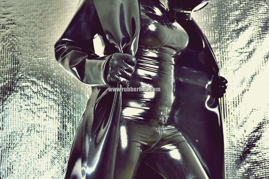 heavy-rubber-coat-and-gasmask-rubberhell-25