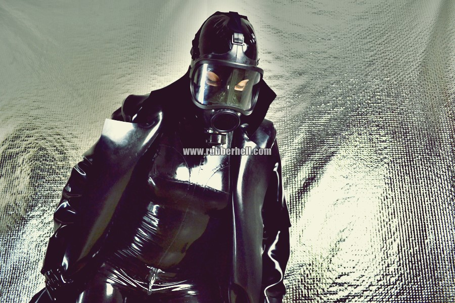 heavy-rubber-coat-and-gasmask-rubberhell-45