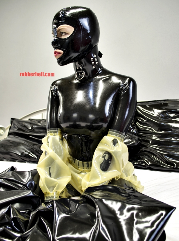 transparent-on-black-latex-catsuit-dsc_0216