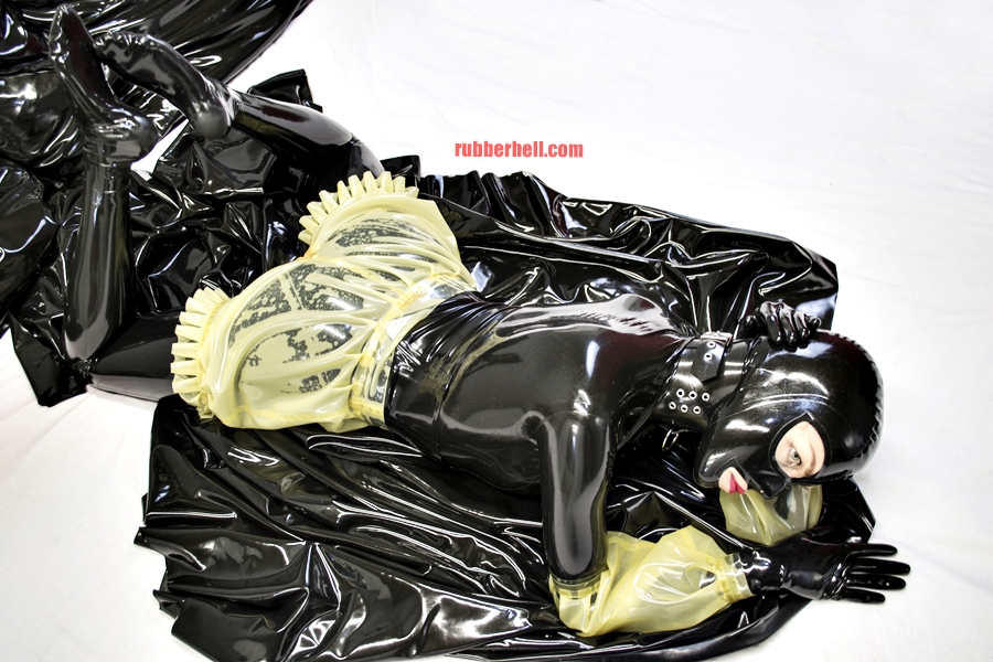 transparent-on-black-latex-catsuit-dsc_0227