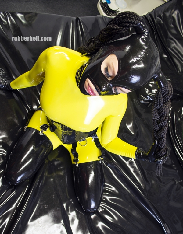 latex-wasp-total-enclosure-in-latex-catsuit-dsc_0011
