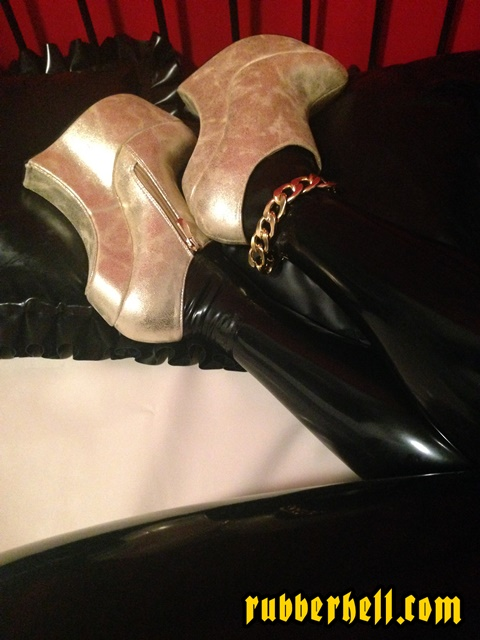 golden-shoes-fetish-latex-full-rubber-doll