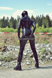 hot-sweaty-summer-day-in-total-latex-enclosure