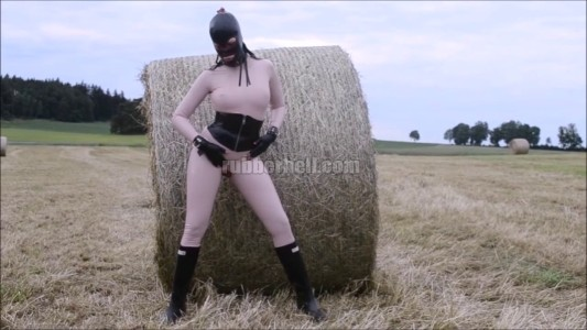 countryside-latex-between-bales-of-straw-video-001