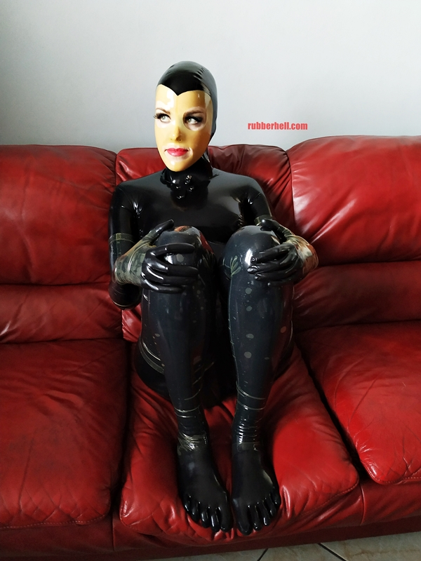latex-catsuit-doll-sofa-3-img_20190416_180017-08