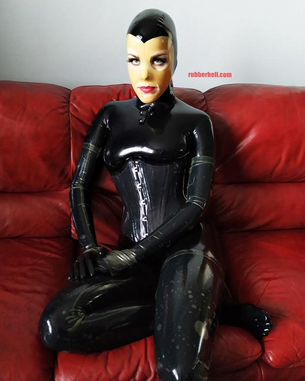 latex-catsuit-doll-sofa-3-img_20190416_180126-10