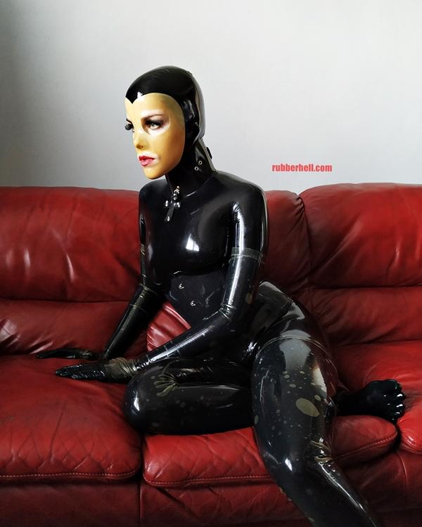latex-catsuit-doll-sofa-3-img_20190416_180143-12