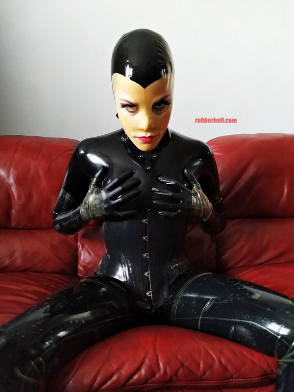 latex-catsuit-doll-sofa-3-img_20190416_180259-17