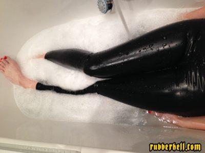 latex_catsuit_hot_bath_02