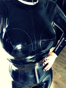 selfie-in-black-latex-catsuit-with-rubber-colar-rubber-hell-2